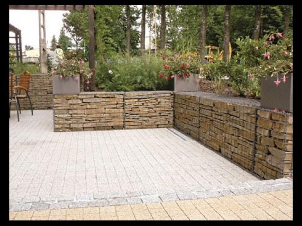 Schanskorven en stenen muren door betafence - Decoratie stenen tuin ...