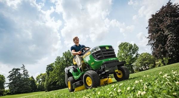 De zitmaaier X 135 R van John Deere De zitmaaier X 135 R van John Deere tracteur tondeuse X135 de john jeere 600x330